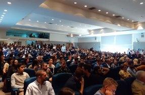 Κατάμεστο το Συνεδριακό Κέντρο της ΑΝΕΚ λίγο πριν την έναρξη της Τελετής Απονομής Διπλωμάτων Μηχανικού του Πολυτεχνείου Κρήτης