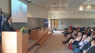 Ο Αντιπρόεδρος της ΑΝΕΚ Σπύρος Πρωτοπαπαδάκης καλωσορίζοντας, στο Συνεδριακό Κέντρο της εταιρείας, τα μέλη της Διεθνούς Ένωσης Ακτοοπλόων