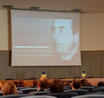Τα μέλη της VFF παρακολουθούν το video με το χρονικό ίδρυσης της ΑΝΕΚ . Στο πλάνο διακρίνεται ο εκ των ιδρυτών, οικονομολόγος Γιάννης Τζαμαριουδάκης σε ιστορική ομιλία του