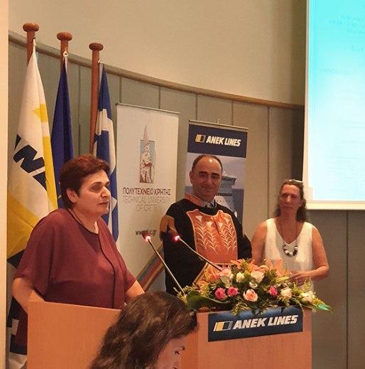 Η κα Μαρία Μουτσάκη, σε σύντομη ομιλία της, αμέσως μετά την τιμητική βράβευσή της ως η πρώτη διπλωματούχος του Πολυτεχνείου Κρήτης. Αριστερά της ο Αντιπρύτανης του Ιδρύματος κος Μιχάλης Λαγουδάκης και πρώτη από δεξιά η κα Θέλμα Μαυρίδου, Προϊσταμένη Δημοσίων και Διεθνών Σχέσεων Πολυτεχνείου Κρήτης