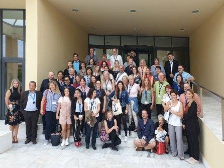 Αναμνηστική φωτογραφία - μελών της VFF και στελεχών της ΑΝΕΚ- εξωτερικά των Κεντρικών Γραφείων της εταιρείας